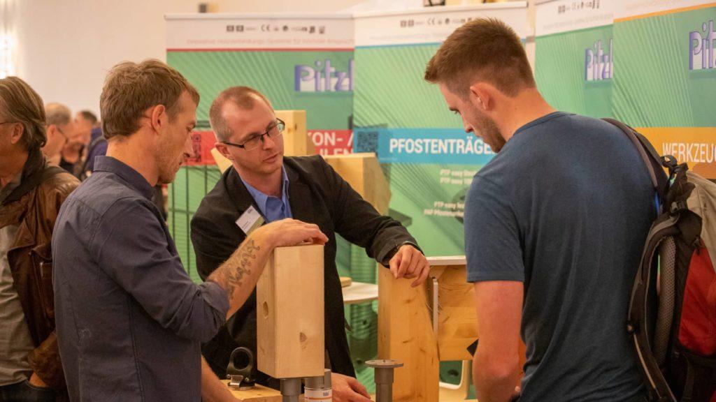 An den verschiedenen Ausstellungsständen wurde über die aktuellen Errungenschaften der Holzbaubranche informiert.